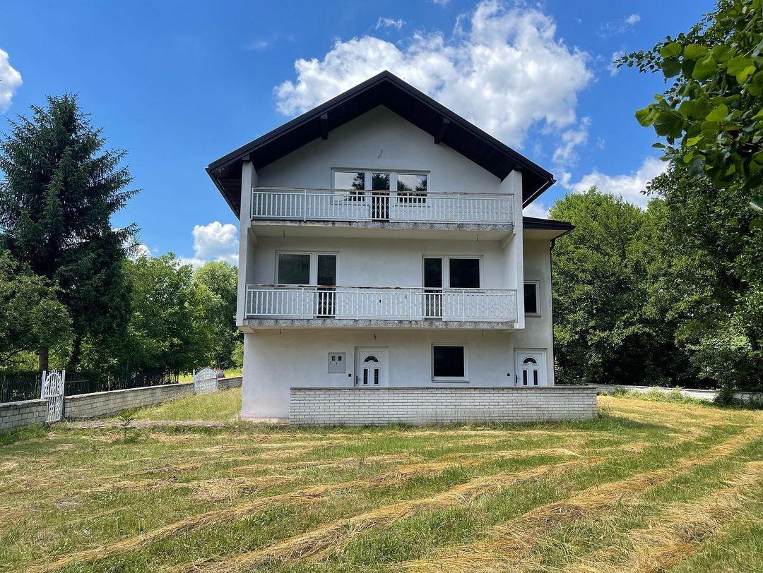 بيت كبير مكون من ثلاث طوابق على نهر لبينيتسا مباشرة.