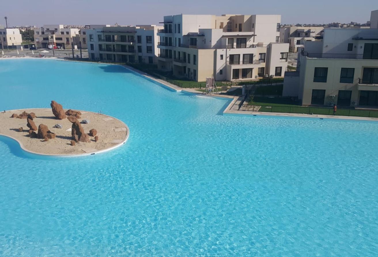 شاليه في مراسي 145 م للايجار تطل على البحيرة ..