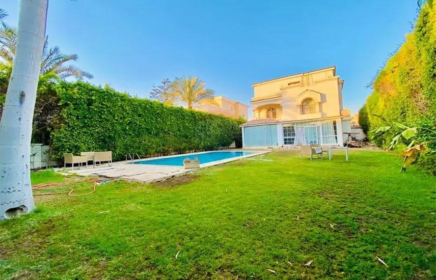 فيلا 800م ارض 5 غرف نوم بها حمام سباحة في الروضة .