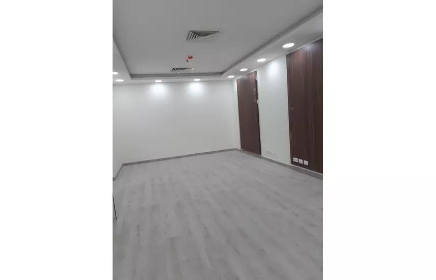 مكتب اداري للايجار في شارع التسعين مباشره